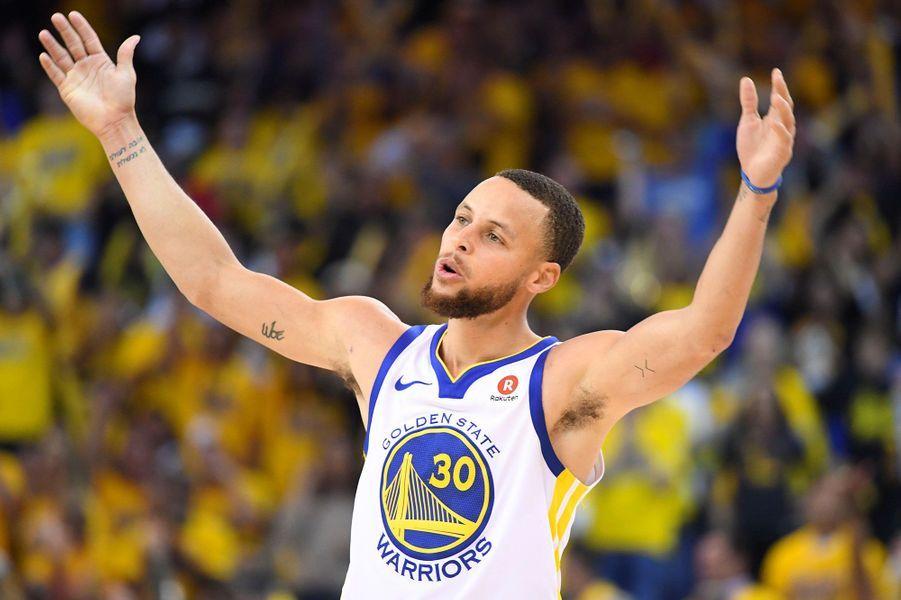 8-Stephen Curry (basket) : 76,9 millions de dollars