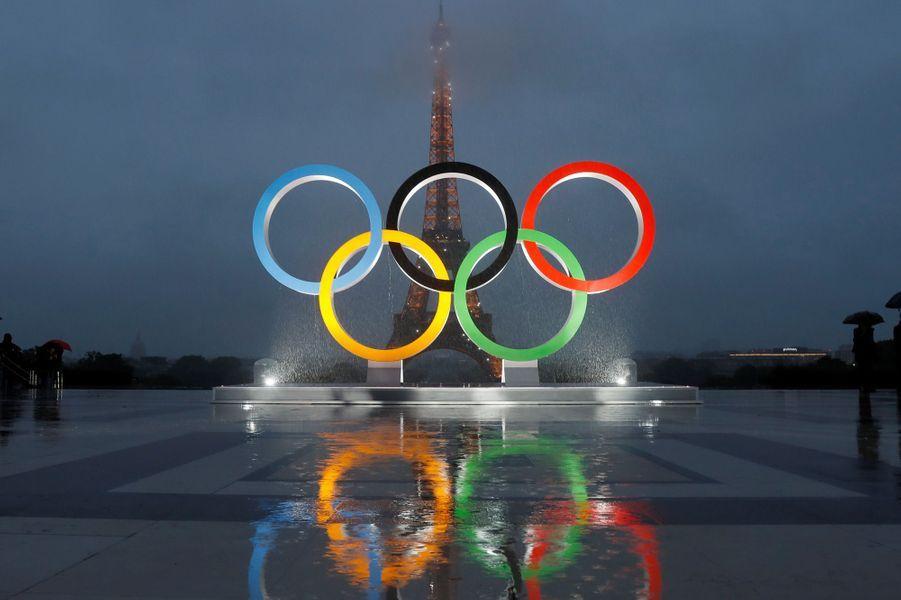 Les anneaux olympiques ont été dévoilés à Paris, le 13 septembre 2017.