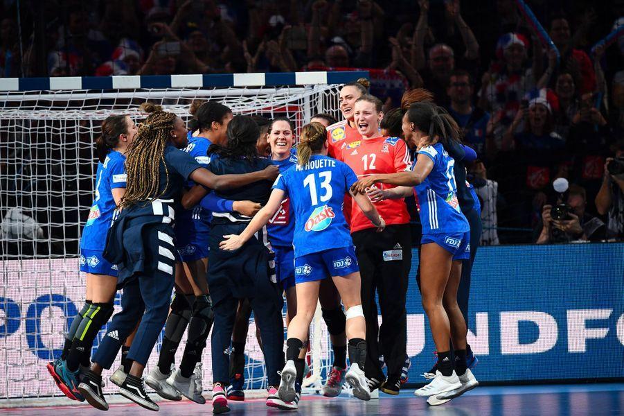 Après leur victoire, les Bleues explosent de joie, dimanche à Paris-Bercy.