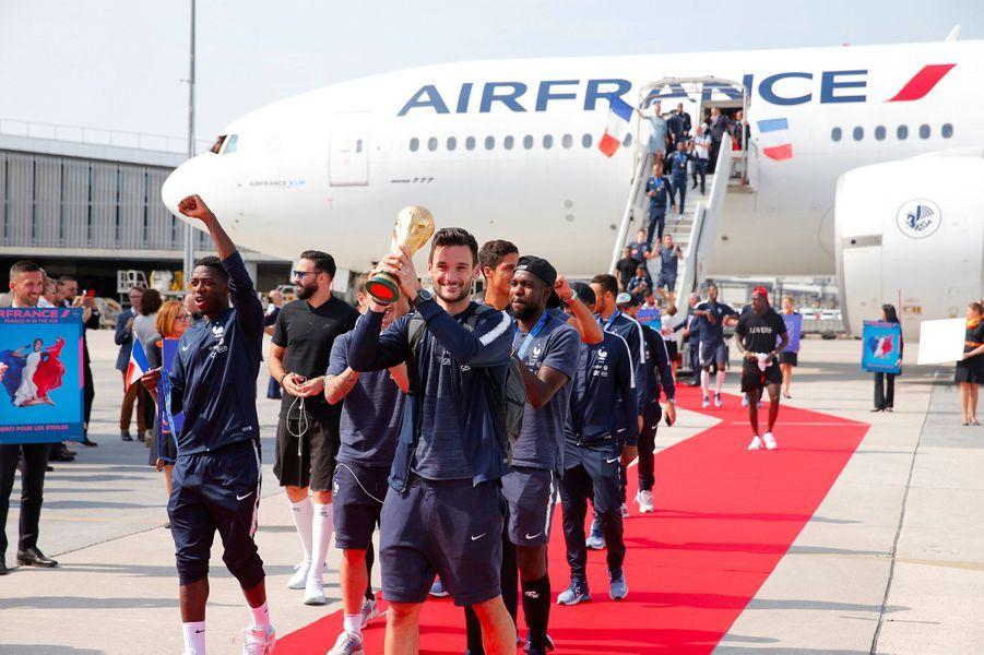 Les Bleus sur le tarmac de l'aéroport de Paris-Charles-de-Gaulle, lundi après-midi.