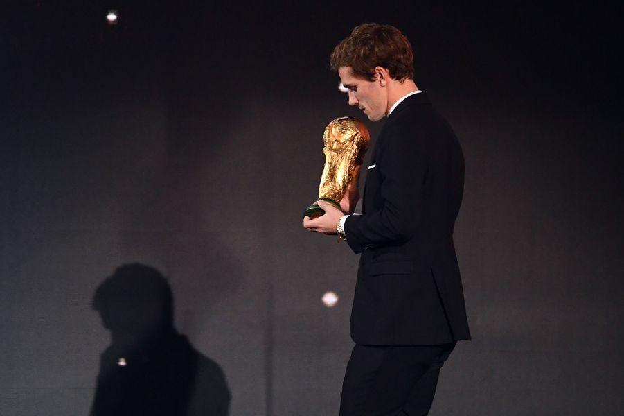 Antoine Griezmann avec la Coupe du monde à la cérémonie du Ballon d'or.