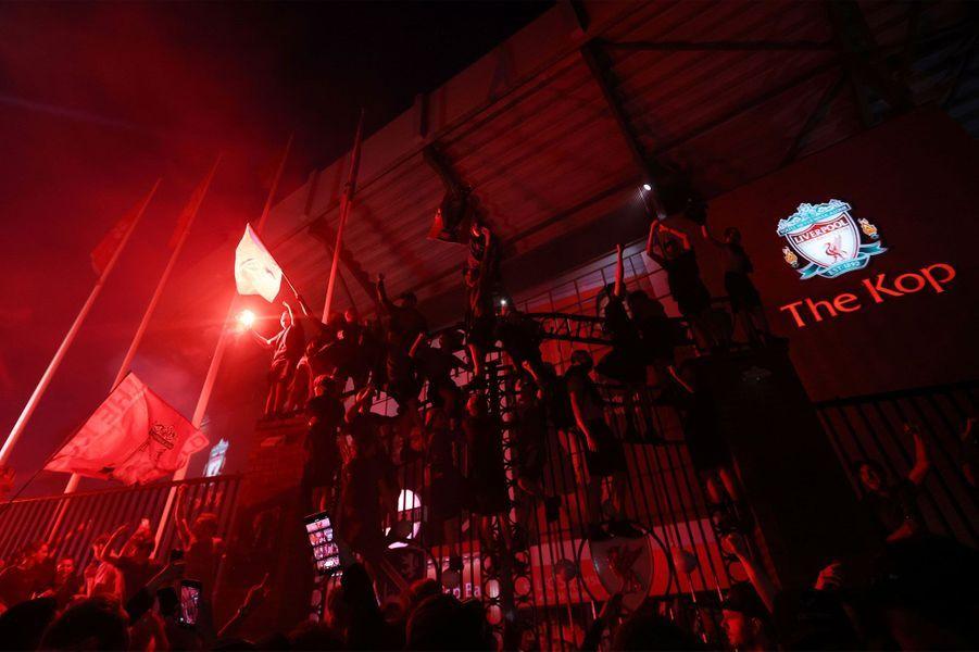 Les fans de Liverpool bravent les recommandations pour célébrer le titre