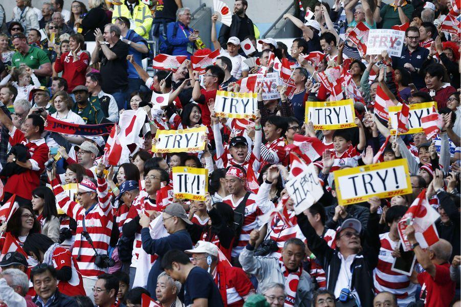 Les supporters japonais encouragent leur équipe lors du Mondial de rugby. Le Japon a finalement réussi l'exploit de battre l'Afrique du sud.