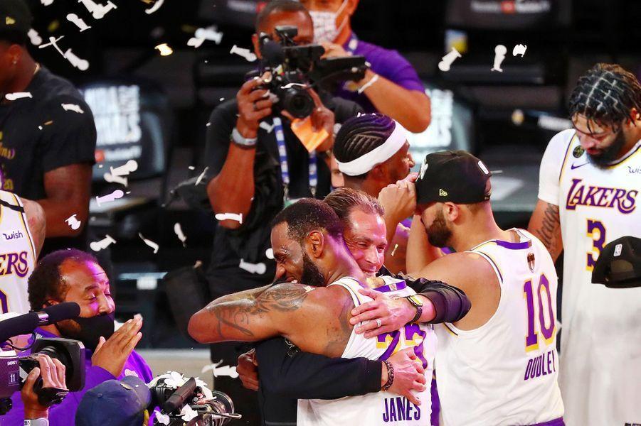 Menés par un exceptionnel LeBron James, les Los Angeles Lakers ont remporté dimanche le titre NBA en dominant une quatrième fois en six rencontres le Miami Heat (106-93).
