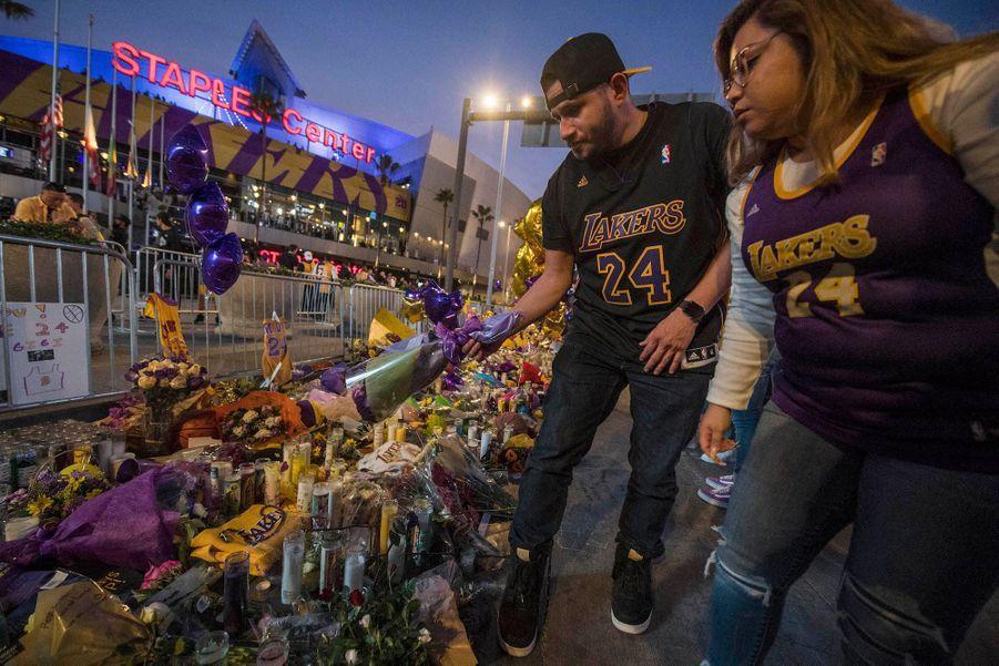 Les fans déposent des fleurs à Los Angeles.