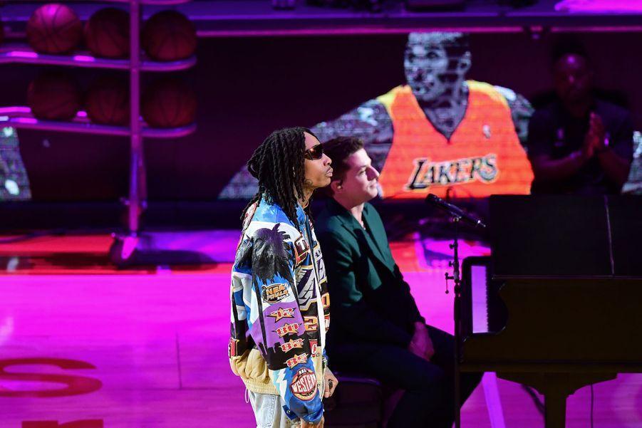 Wiz Khalifa et Charlie Puth interprètent «See You Again» en hommage à Bryant, le 31 janvier 2020 à Los Angeles.
