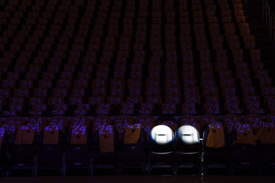 Deux sièges sont éclairés en hommage à Kobe Bryant et sa fille Gianna, le 31 janvier 2020.