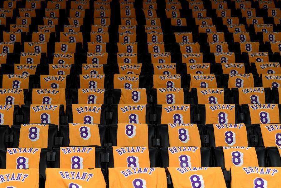 Les sièges du Staples Center sont recouverts de maillots de Kobe Bryant.
