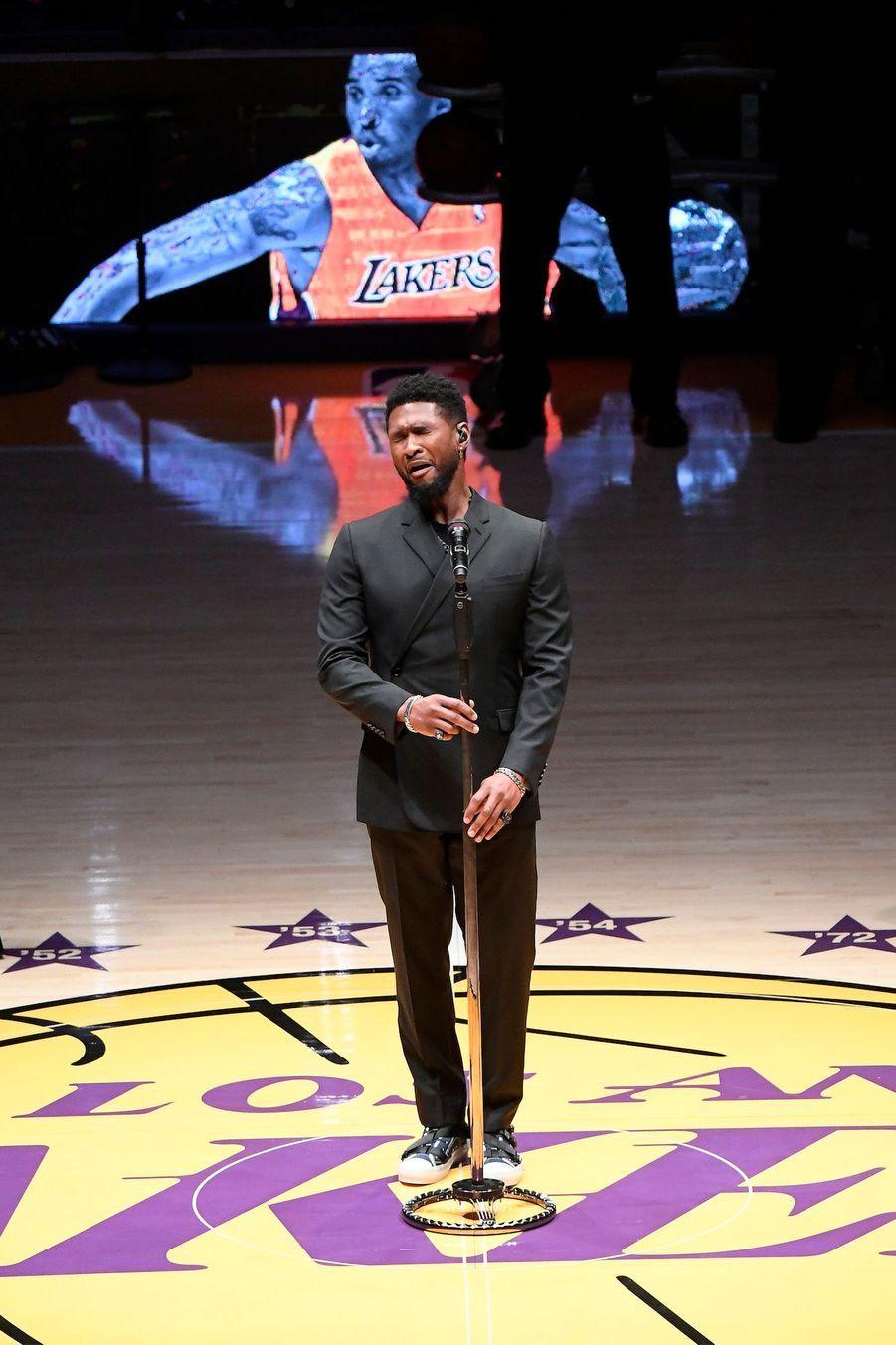 Usher chante une chanson en hommage à Bryant, le 31 janvier 2020 à Los Angeles.