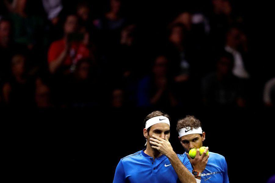 Rafael Nadal et Roger Federer, coéquipiers le temps d'un match de double.