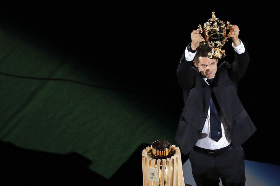Le Néo-Zélandais Richie McCaw a remis le trophée aux organisateurs