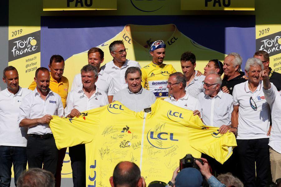 A Pau, pour les 100 ans du maillot jaune, Julian Alaphilippe est entouré d'anciens porteurs de la tunique jaune : Eddy Merckx, Bernard Hinault, Bernard Thevenet, Greg Lemond, Sylvain Chavanel, Laurent Jalabert, Thor Hushovd...