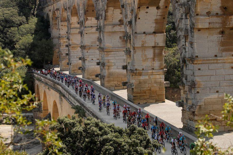 Le peloton sur le pont du Gard mardi 23 juillet lors de l'étape Nîmes-Nîmes.