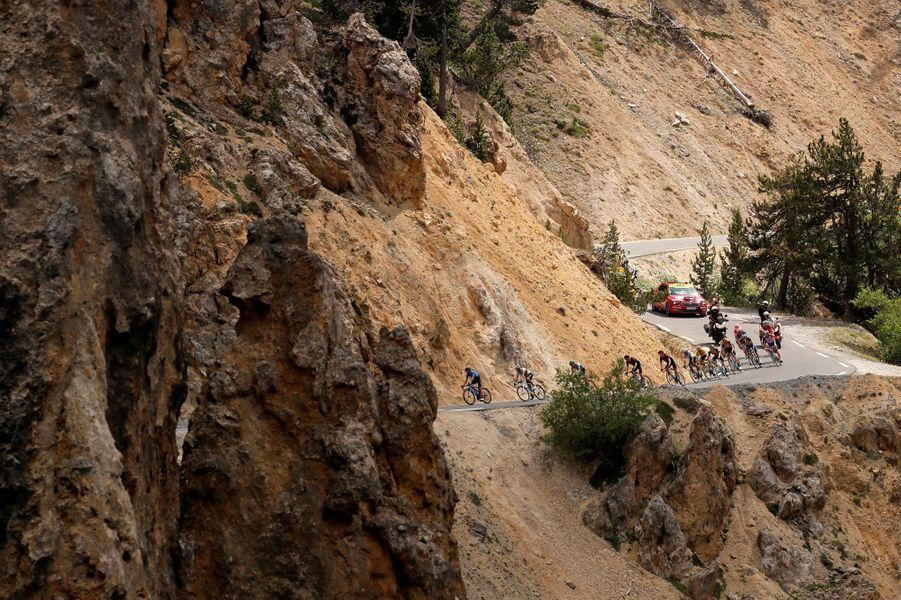 Les coureurs du Tour jeudi 25 juillet lors de l'étape entreEmbrun et Valloire.