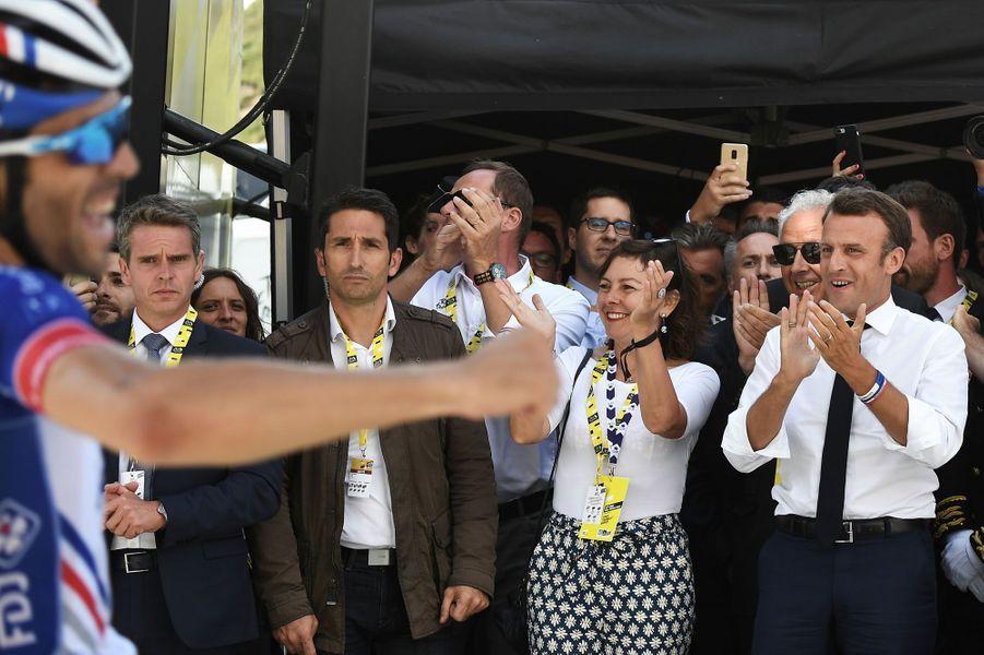 Le président de la République Emmanuel Macron lors de l'étape qui menait au sommet du Tourmalet, assiste à la victoire de Thibaut Pinot, le 20 juillet.