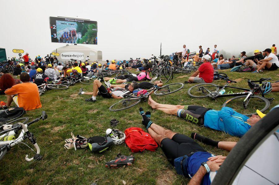 La foule assiste à l'arrivée allongée devant l'écran géant, le 20 juillet.