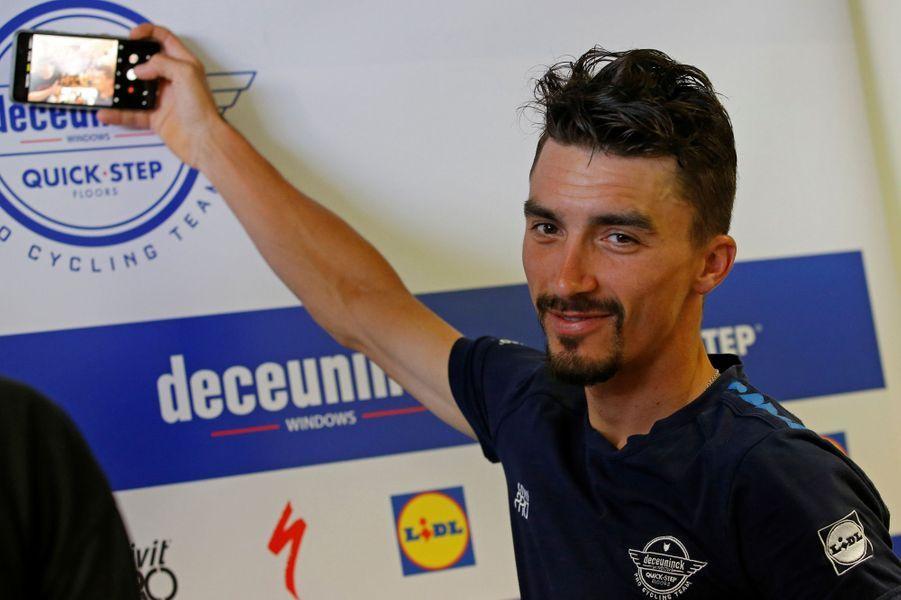 Julian Alaphilippe prend un selfie lors d'une conférence de presse à Nîmes, à l'occasion du deuxième jour de repos, le 22 juillet.