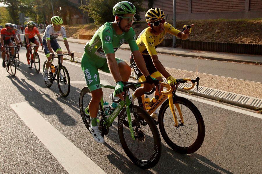 Entre Rambouillet et les Champs-Elysées, dimanche 28 juillet, le maillot jaune Egan Bernal et le maillot vert Peter Sagan savourent.