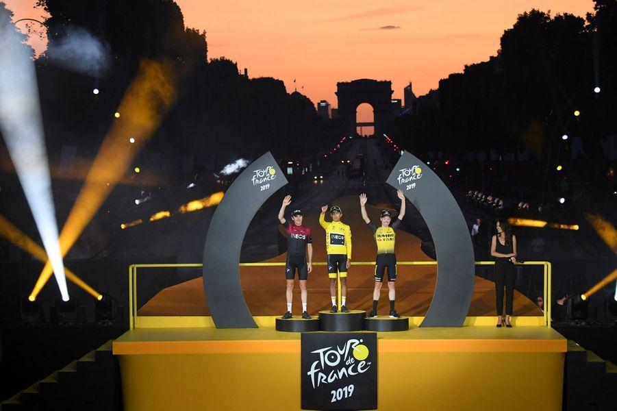 Les trois premiers du Tour de France 2019 honorés sur les Champs-Elysées : Egan Bernal, Geraint Thomas et Steven Kruijswijk.