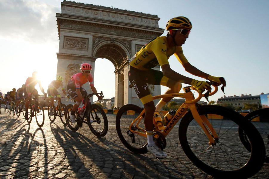 Le peloton à vive allure sur les Champs-Elysées.
