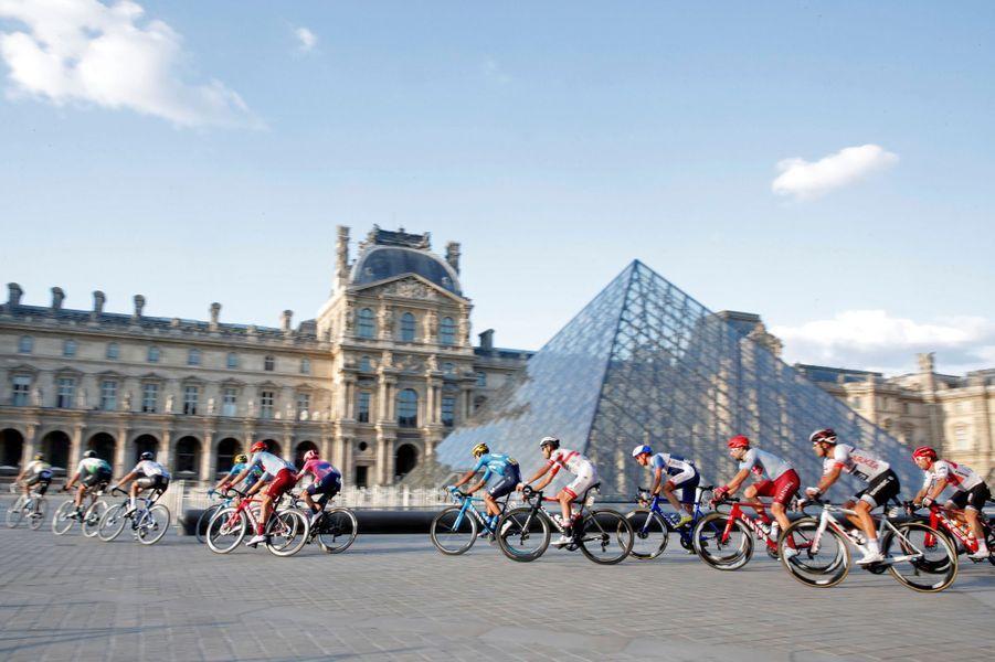 Le Tour de France au Louvre, lors de la dernière étape entre Rambouillet et les Champs-Elysées.