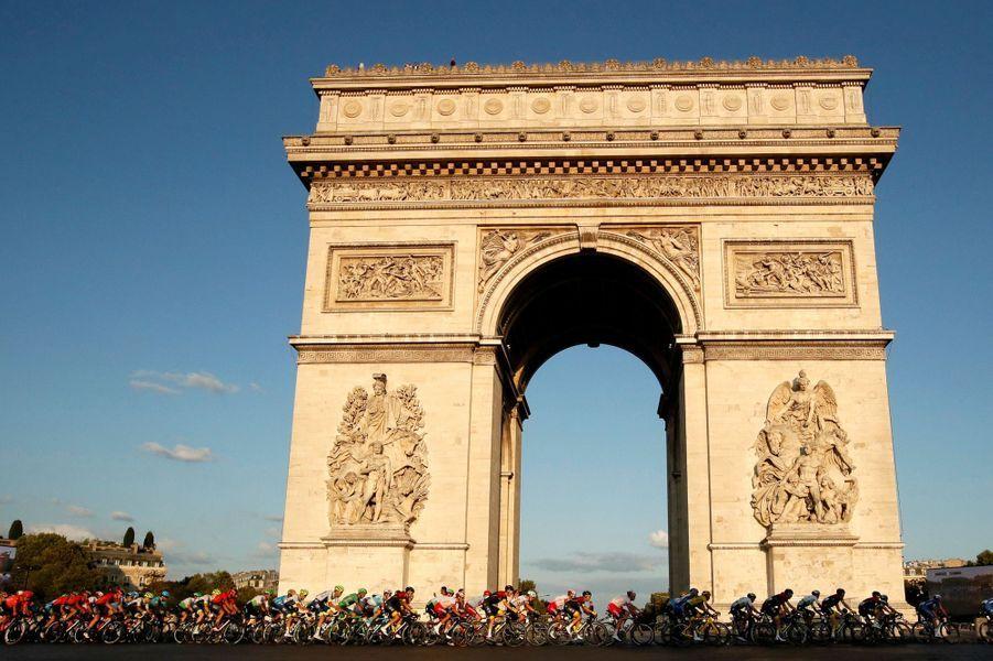 Le peloton au pied de l'Arc de triomphe pour la traditionnelle dernière étape du Tour, dimanche 28 juillet.