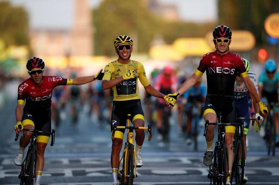 Egan Bernal franchit avec ses coéquipiers la ligne d'arrivée à Paris. Il est le premier Colombien à remporter le maillot jaune.