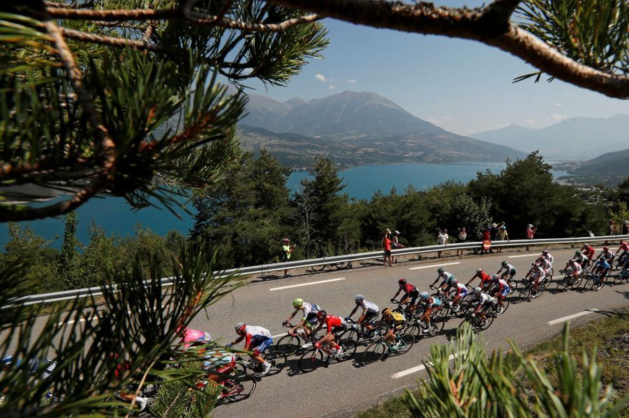Les coureurs àla cote des Demoiselles Coiffées lors de l'étape entreEmbrun et Valloire, le 25 juillet.