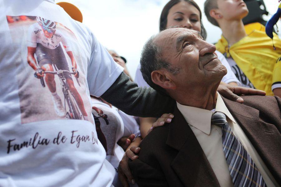 Le grand-père d'Egan Bernal suit les exploits de son petit-fils sur écran géant, à Zipaquira en Colombie, dimanche 28 juillet.
