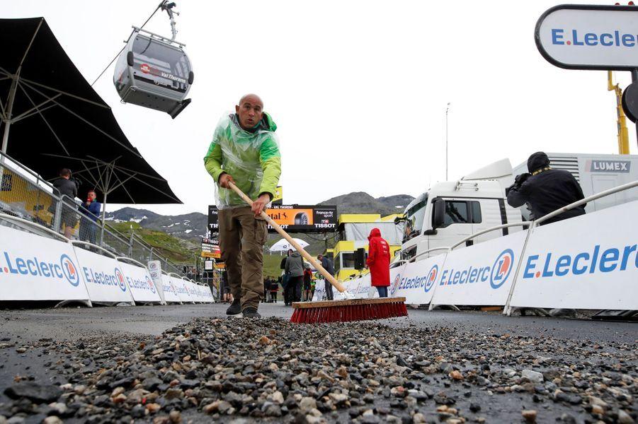 L'avant-dernière étape du Tour entre Albertville et Val Thorens, samedi 27 juillet, a été raccourcie en raison de la météo. Dernier nettoyage sur la ligne d'arrivée.
