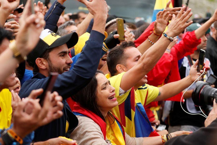 Entre Albertville et Val Thorens, samedi 27 juillet, des fans viennent encourager Egan Bernal, premier Colombien à remporter le Tour.