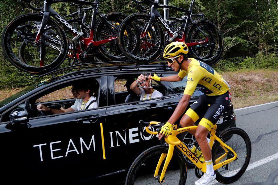 Champagne pour le maillot jaune lors de la dernière étape en direction de Paris, dimanche 28 juillet.