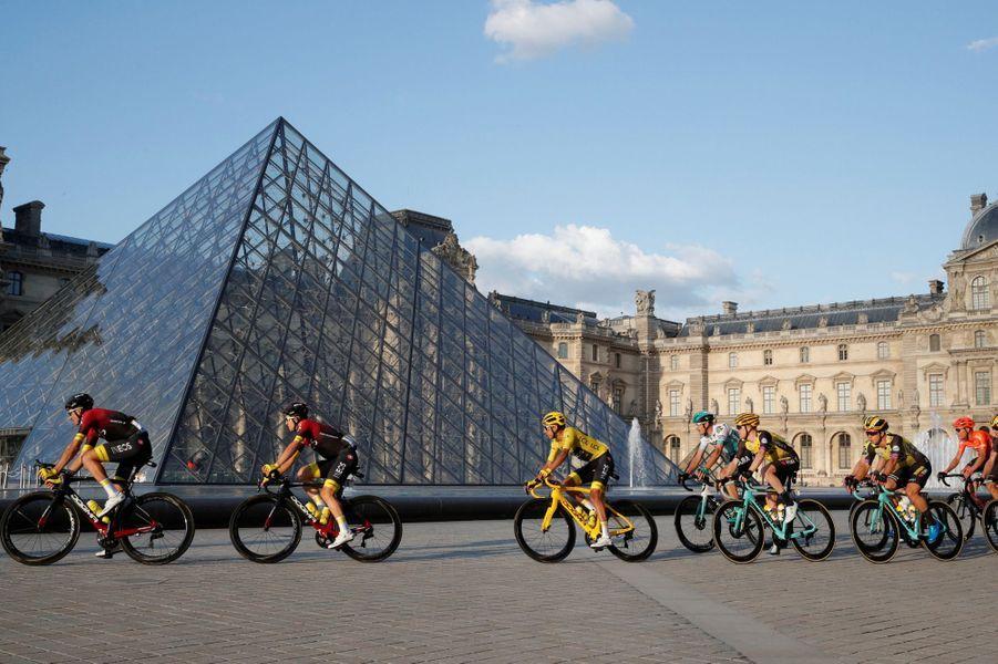Le peloton au Louvre dimanche 28 juillet. Une décision prise pour rendre hommage au centenaire du maillot jaune et au trentenaire de la construction de la Pyramide.