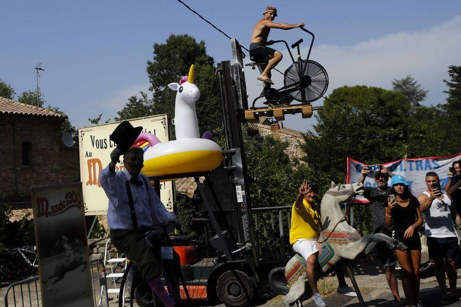 Des spectateurs impatients le 23 juillet lors de l'étape deNîmes.