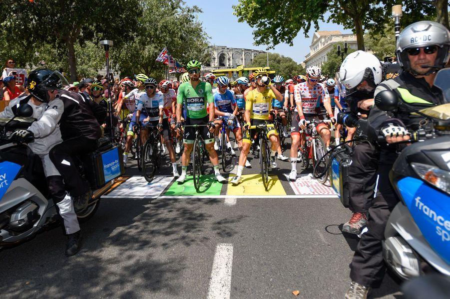 Les coureurs au départ, au pied des arènes de Nîmes le 23 juillet.