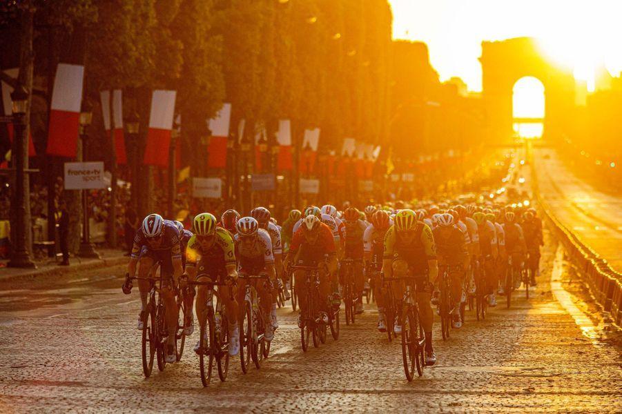 Le peloton sur les Champs-Elysées pour une arrivée nocturne, le 28 juillet.
