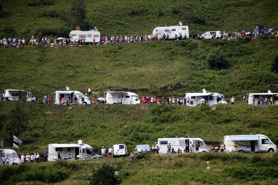 Les camping cars garés sur les routes du Tourmalet, le 20 juillet.