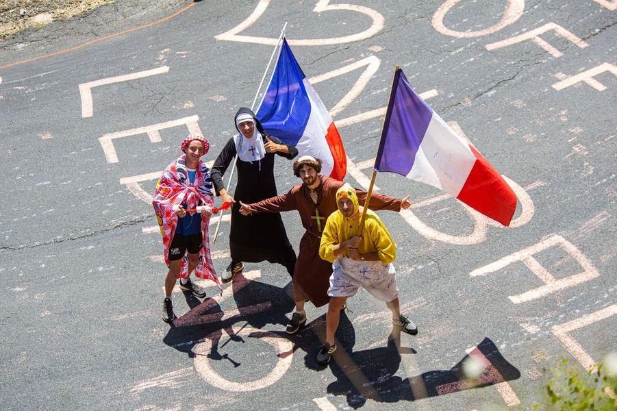 Des spectateurs déguisés lors de l'étape Saint-Flour - Albi le 15 juillet.