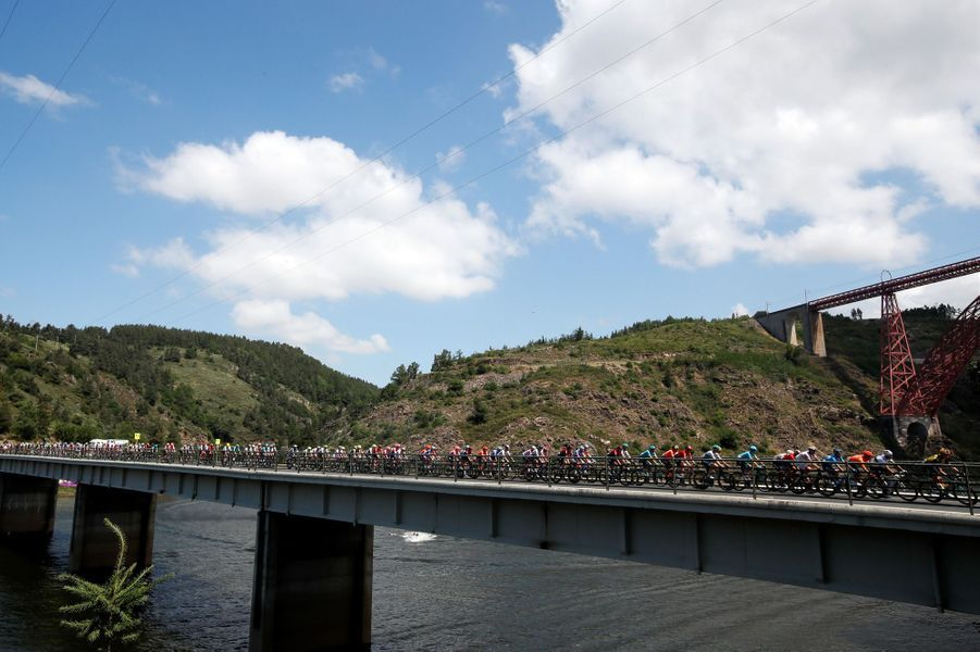 Le peloton lors de l'étape entre Saint-Flour et Albi, lundi 15 juillet.