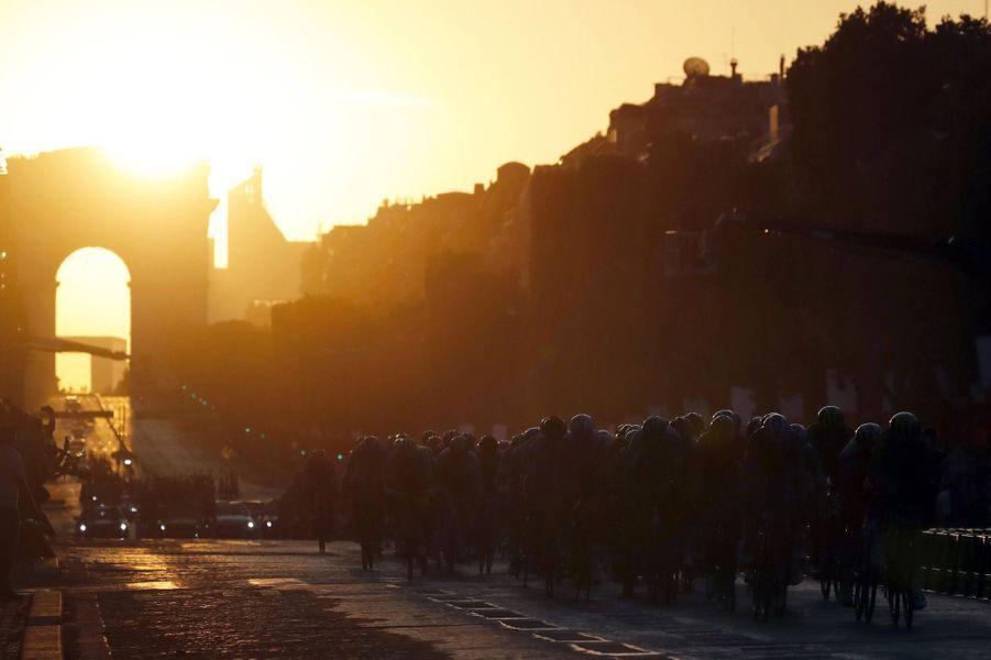 Les coureurs sur les Champs -Elysées, dimanche 28 juillet.