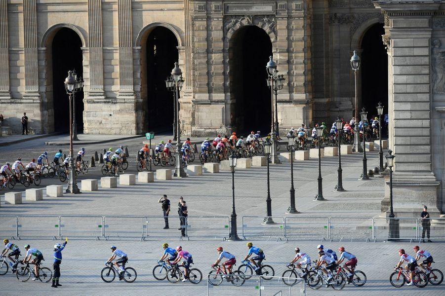 Le peloton est passé cette année au Louvre.