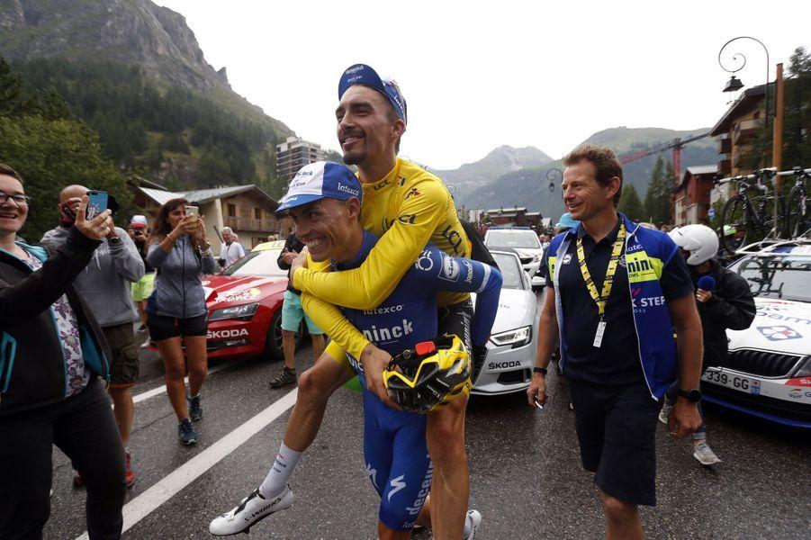 Julian Alaphilippe, en jaune pour la dernière fois, plaisante avec Enric Mas à Val d'Isere, le 26 juillet.