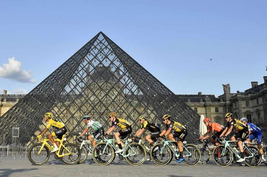 Le peloton devant la pyramide du Louvre.