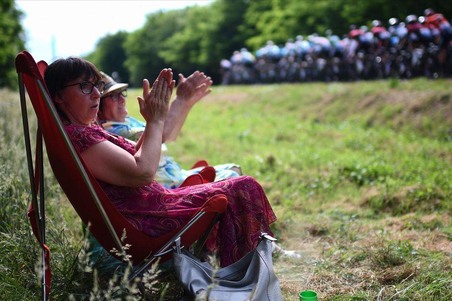 Des spectatrices tranquillement posées sur les routes de l'étape reliant Belfort à Chalon-sur-Saone, le 12 juillet.