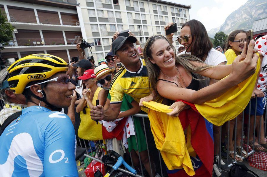 Des spectateurs attendent l'un de leur héros Nairo Quintana, vendredi 26 juillet.
