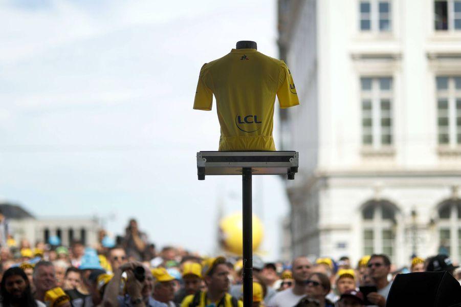 Le maillot jaune exposé à Bruxelles, le 6 juillet lors du départ du Tour.