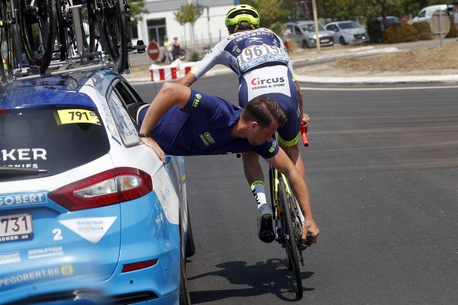 Un mécanicien à l'oeuvre sur le vélo de Yoann Offredo, le 24 juillet.