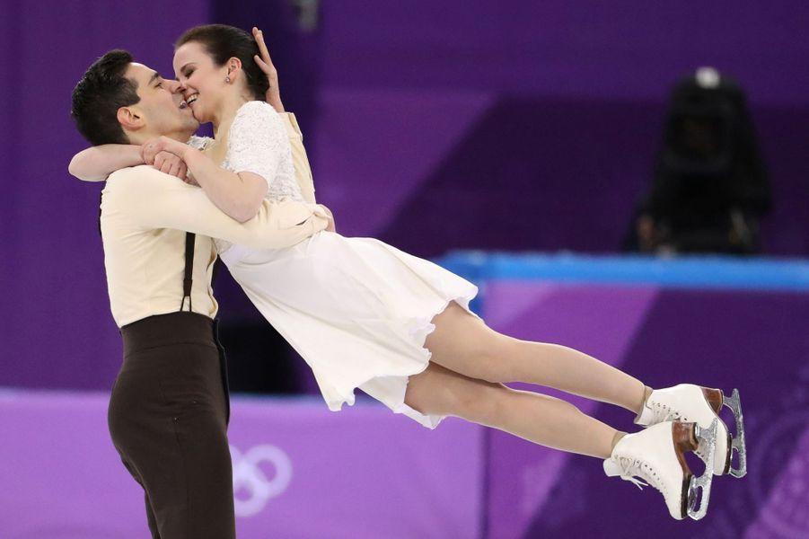Les Italiens Anna Cappellini et Luca Lanotte lors de l'épreuve du patinage artistique en équipe.