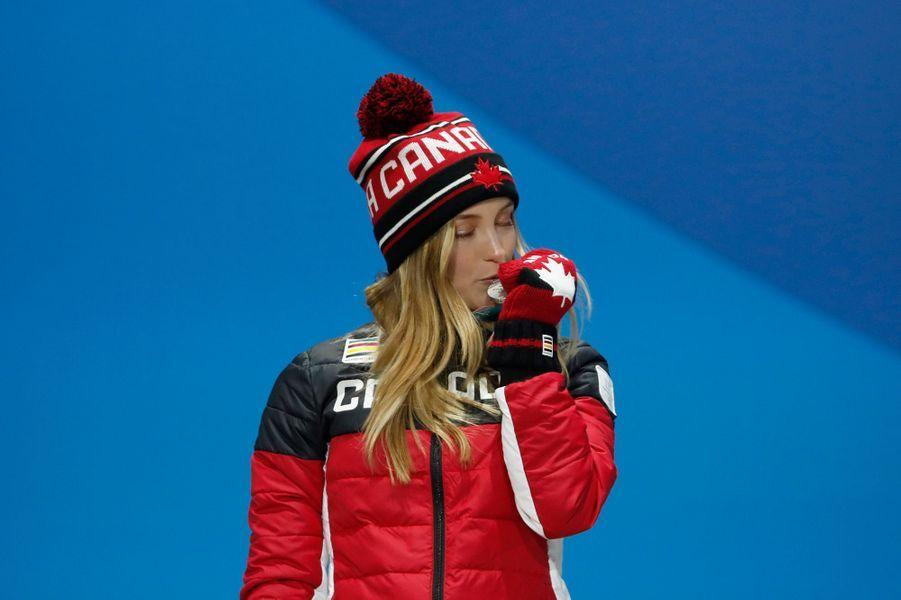 Justine Dufour-Lapointe du Canada embrasse sa médaille d'argent.