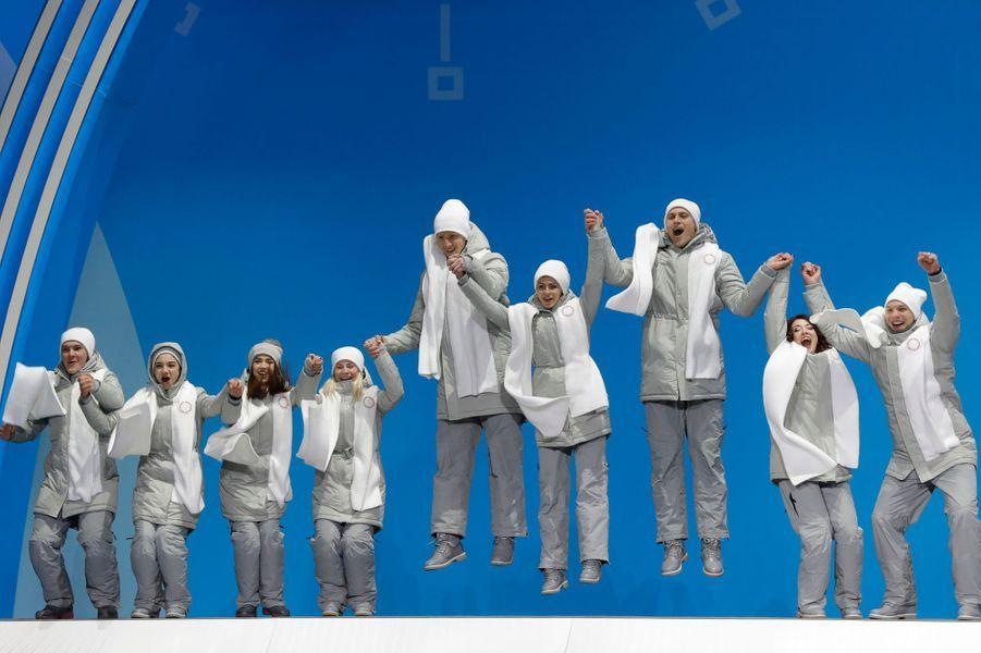 La joie des patineurs de l'équipe olympique de Russie sur le podium olympique. Ils ont pris la deuxième place derrière le Canada.